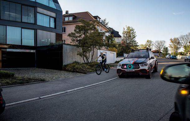 Mercedes GLE, transformat în cobai pentru testarea celor mai noi sisteme de siguranță: suprafețe digitale exterioare care comunică cu ceilalți participanți la trafic și funcții noi pentru prevenirea accidentelor - Poza 6