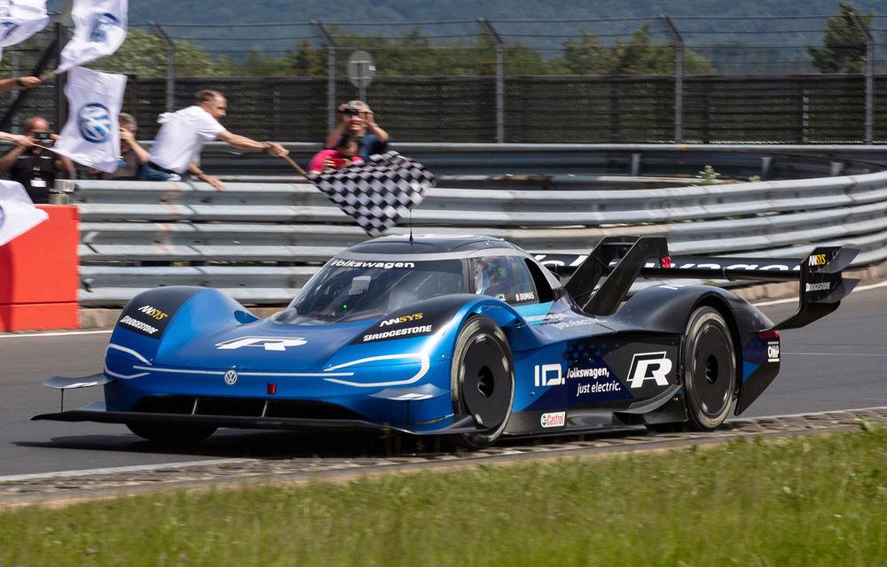 Motive de sărbătoare în familia Volkswagen: ID R este cel mai rapid vehicul electric de pe circuitul de la Nurburgring - Poza 1