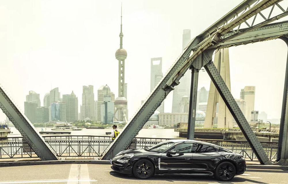 Noi imagini camuflate cu Porsche Taycan: primul model electric al mărcii va fi prezentat în septembrie - Poza 5
