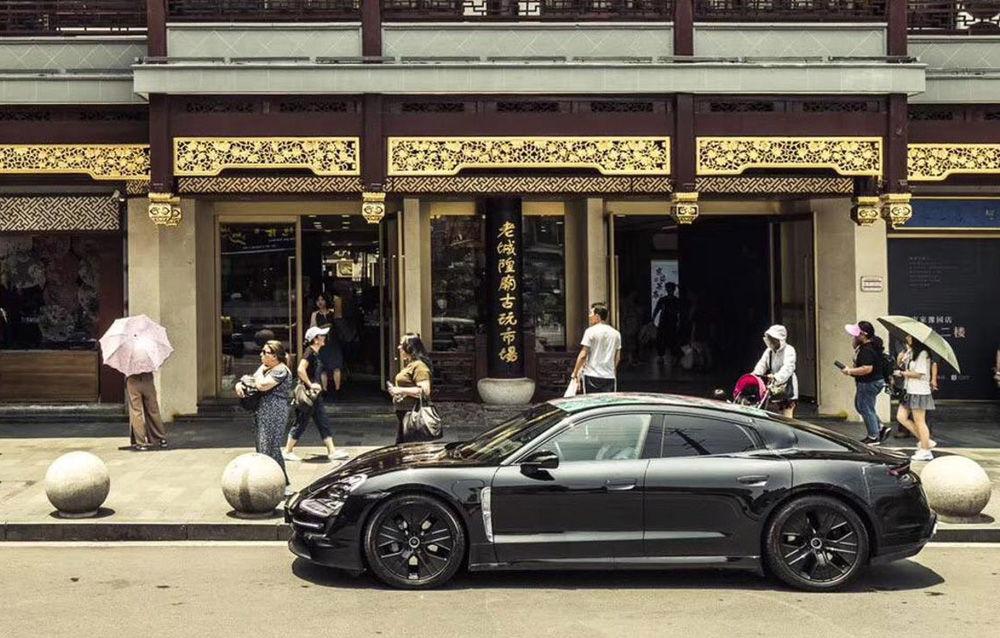 Noi imagini camuflate cu Porsche Taycan: primul model electric al mărcii va fi prezentat în septembrie - Poza 4