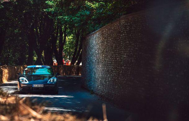 Imagini noi cu prototipul viitorului Porsche Taycan: vehiculul electric a fost pilotat de Mark Webber la Goodwood - Poza 2