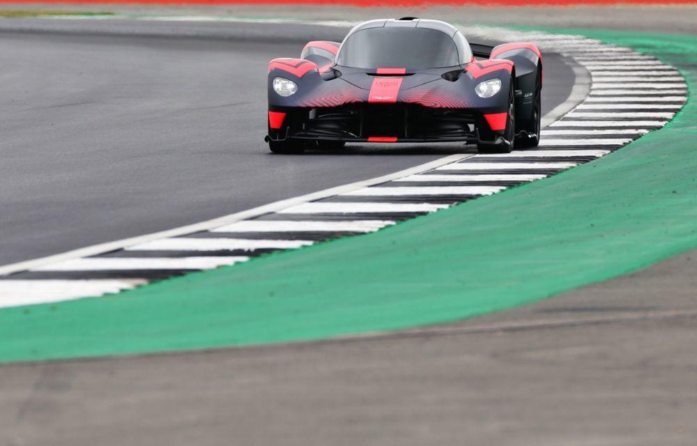 Prezentare pe circuit: prototipul viitorului Aston Martin Valkyrie, hypercar-ul hibrid cu 1.176 CP, a debutat în fața publicului de la Silverstone - Poza 6