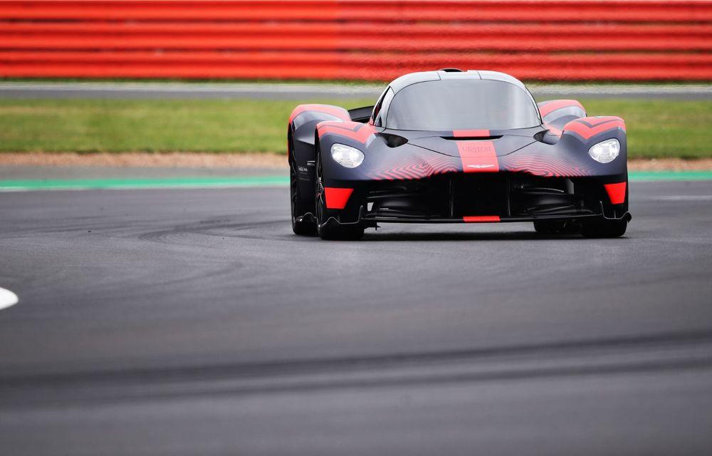 Prezentare pe circuit: prototipul viitorului Aston Martin Valkyrie, hypercar-ul hibrid cu 1.176 CP, a debutat în fața publicului de la Silverstone - Poza 3
