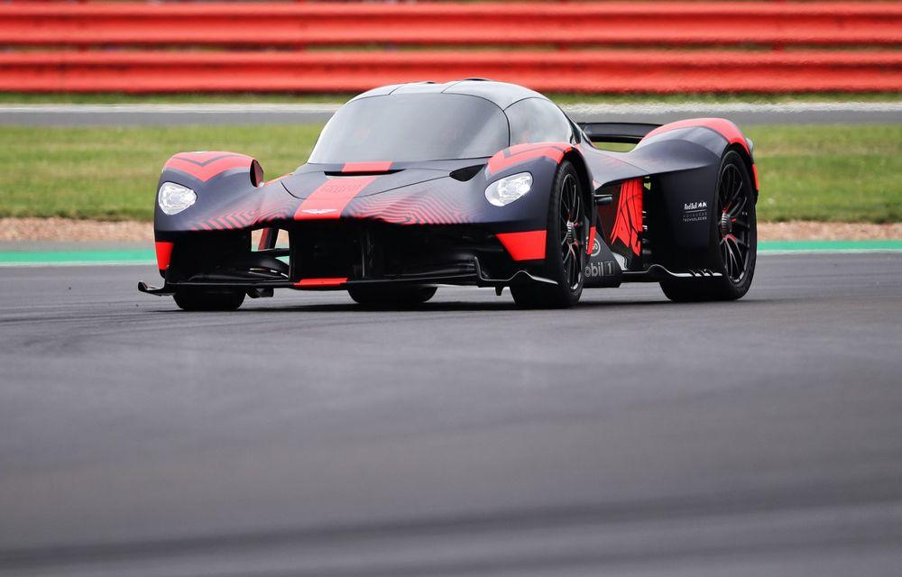 Prezentare pe circuit: prototipul viitorului Aston Martin Valkyrie, hypercar-ul hibrid cu 1.176 CP, a debutat în fața publicului de la Silverstone - Poza 2