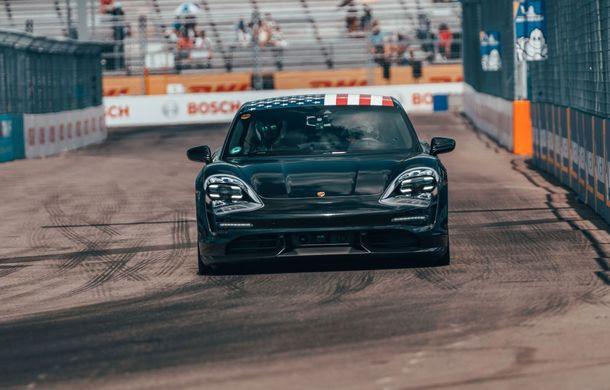 Fotografii noi cu prototipul lui Porsche Taycan: vehiculul electric a fost pilotat de Neel Jani pe circuitul stradal din New York - Poza 2