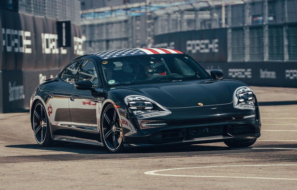 Fotografii noi cu prototipul lui Porsche Taycan: vehiculul electric a fost pilotat de Neel Jani pe circuitul stradal din New York - Poza 1