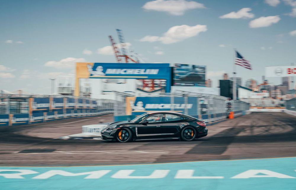 Fotografii noi cu prototipul lui Porsche Taycan: vehiculul electric a fost pilotat de Neel Jani pe circuitul stradal din New York - Poza 3