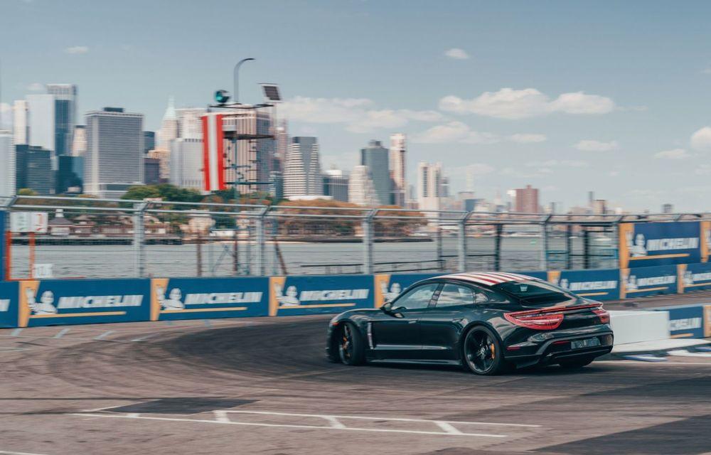 Fotografii noi cu prototipul lui Porsche Taycan: vehiculul electric a fost pilotat de Neel Jani pe circuitul stradal din New York - Poza 4