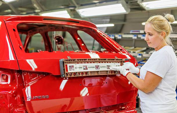 Skoda a început producția de serie a modelului Superb facelift: vârful de gamă este asamblat la uzina din Kvasiny - Poza 1