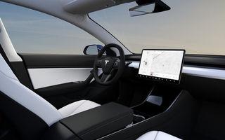 Tesla va integra Netflix și Youtube în mașini: serviciile de streaming vor putea fi folosite doar când mașina este staționară