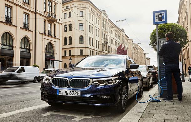 Versiunea plug-in hybrid a lui BMW Seria 5 este disponibilă și cu tracțiune integrală: autonomie electrică de 58 de kilometri și 6.2 secunde pentru accelerația 0-100 km/h - Poza 1