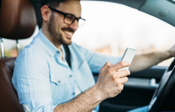 Șoferii nu mai au voie să țină telefonul în mână la volan: amenda maximă este de 1.160 lei - Poza 1