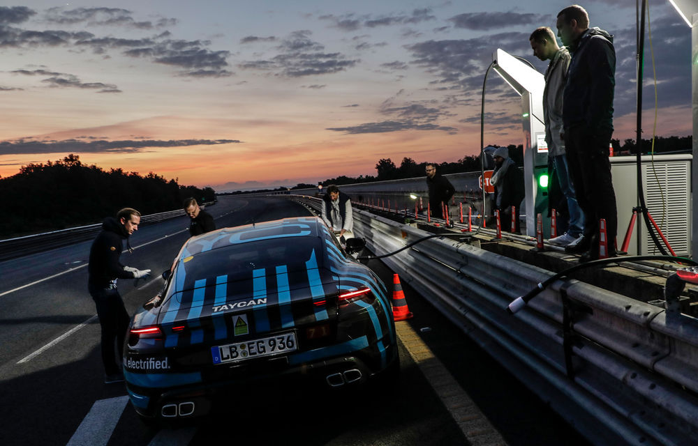 Test de anduranță cu Porsche Taycan: sportiva electrică a parcurs 3.425 de kilometri în 24 de ore pe un circuit din Italia - Poza 2