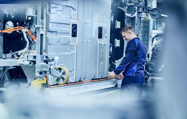 Noi imagini sub camuflaj cu BMW iNext: producția SUV-ului 100% electric va începe în 2021 - Poza 3