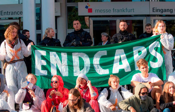 """Protest de amploare la Salonul Auto de la Frankfurt: """"Interziceți vânzările de SUV-uri!"""" - Poza 1"""