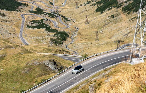 """Transfăgărășanul împlinește 45 de ani: ședință foto aniversară cu primul model electric Mini pe """"cea mai frumoasă șosea din lume"""" - Poza 4"""