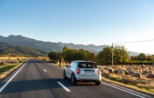 """Transfăgărășanul împlinește 45 de ani: ședință foto aniversară cu primul model electric Mini pe """"cea mai frumoasă șosea din lume"""" - Poza 13"""
