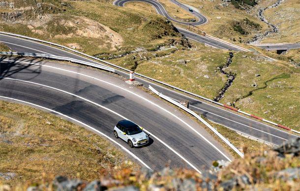 """Transfăgărășanul împlinește 45 de ani: ședință foto aniversară cu primul model electric Mini pe """"cea mai frumoasă șosea din lume"""" - Poza 21"""