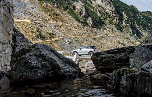 """Transfăgărășanul împlinește 45 de ani: ședință foto aniversară cu primul model electric Mini pe """"cea mai frumoasă șosea din lume"""" - Poza 17"""