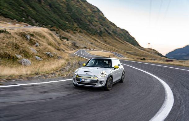 """Transfăgărășanul împlinește 45 de ani: ședință foto aniversară cu primul model electric Mini pe """"cea mai frumoasă șosea din lume"""" - Poza 15"""