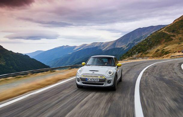 """Transfăgărășanul împlinește 45 de ani: ședință foto aniversară cu primul model electric Mini pe """"cea mai frumoasă șosea din lume"""" - Poza 31"""