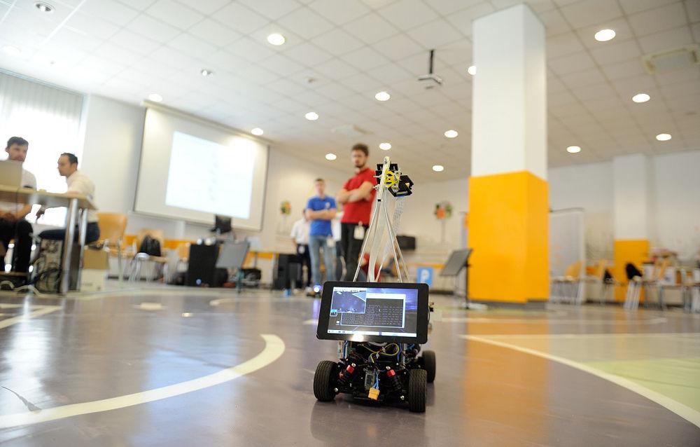 Continental provoacă studenții din Iași la o nouă competiție: construirea unei mașini autonome care să ruleze în trafic semaforizat - Poza 1