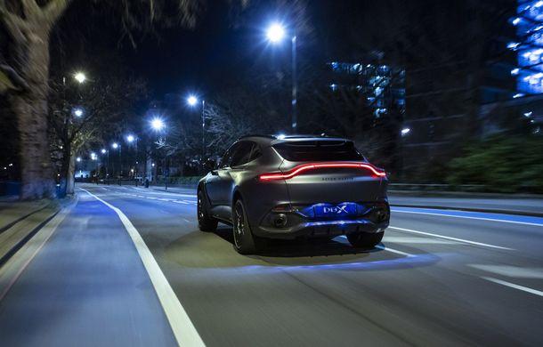 Divizia Q a pregătit accesorii speciale pentru Aston Martin DBX: SUV-ul poate fi comandat cu o consolă centrală fabricată din 280 de straturi din fibră de carbon - Poza 4