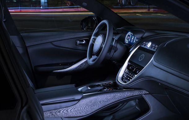 Divizia Q a pregătit accesorii speciale pentru Aston Martin DBX: SUV-ul poate fi comandat cu o consolă centrală fabricată din 280 de straturi din fibră de carbon - Poza 9