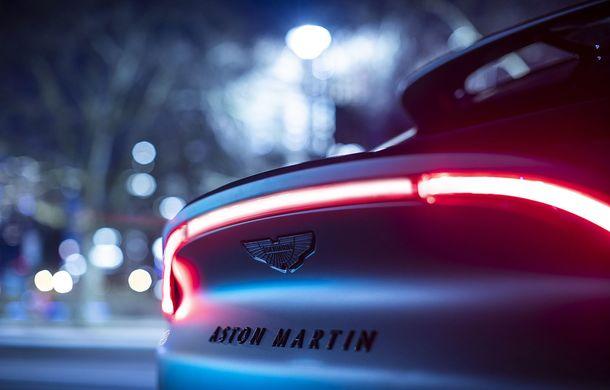 Divizia Q a pregătit accesorii speciale pentru Aston Martin DBX: SUV-ul poate fi comandat cu o consolă centrală fabricată din 280 de straturi din fibră de carbon - Poza 8