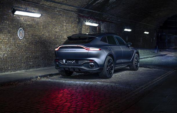 Divizia Q a pregătit accesorii speciale pentru Aston Martin DBX: SUV-ul poate fi comandat cu o consolă centrală fabricată din 280 de straturi din fibră de carbon - Poza 5