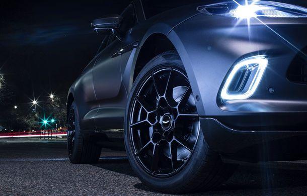 Divizia Q a pregătit accesorii speciale pentru Aston Martin DBX: SUV-ul poate fi comandat cu o consolă centrală fabricată din 280 de straturi din fibră de carbon - Poza 7