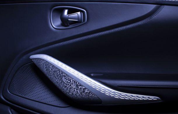 Divizia Q a pregătit accesorii speciale pentru Aston Martin DBX: SUV-ul poate fi comandat cu o consolă centrală fabricată din 280 de straturi din fibră de carbon - Poza 10