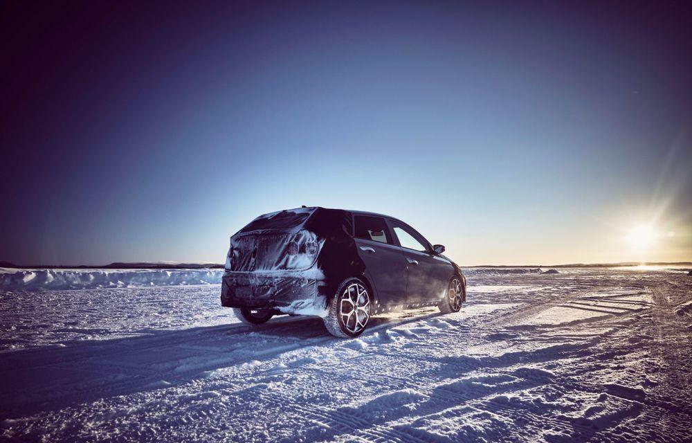Video. Primele cadre oficiale cu viitorul Hyundai i20 N: Hot Hatch-ul camuflat a fost testat în zona de nord a Europei - Poza 3