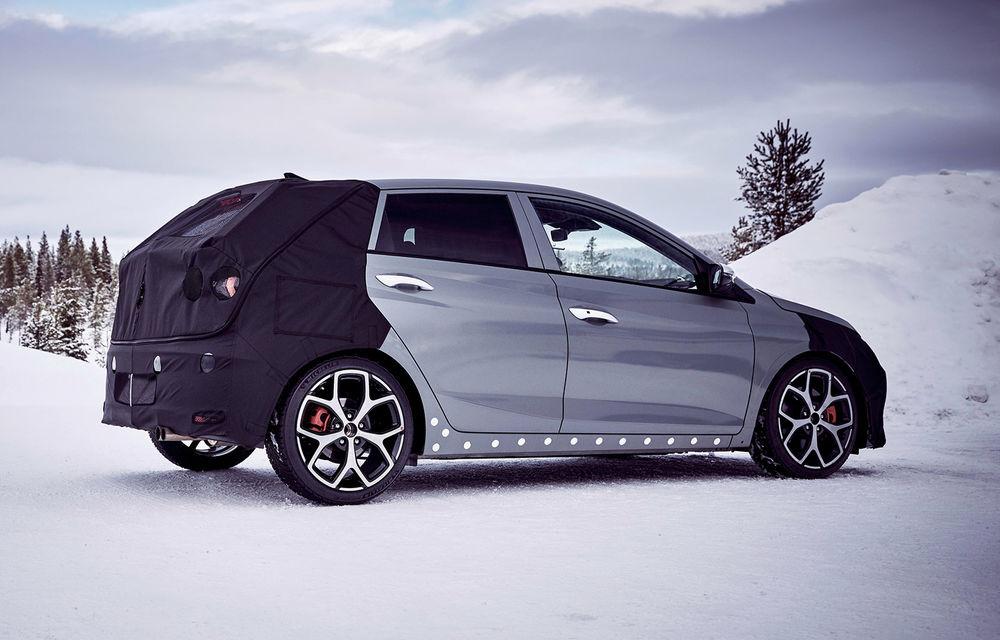 Video. Primele cadre oficiale cu viitorul Hyundai i20 N: Hot Hatch-ul camuflat a fost testat în zona de nord a Europei - Poza 1