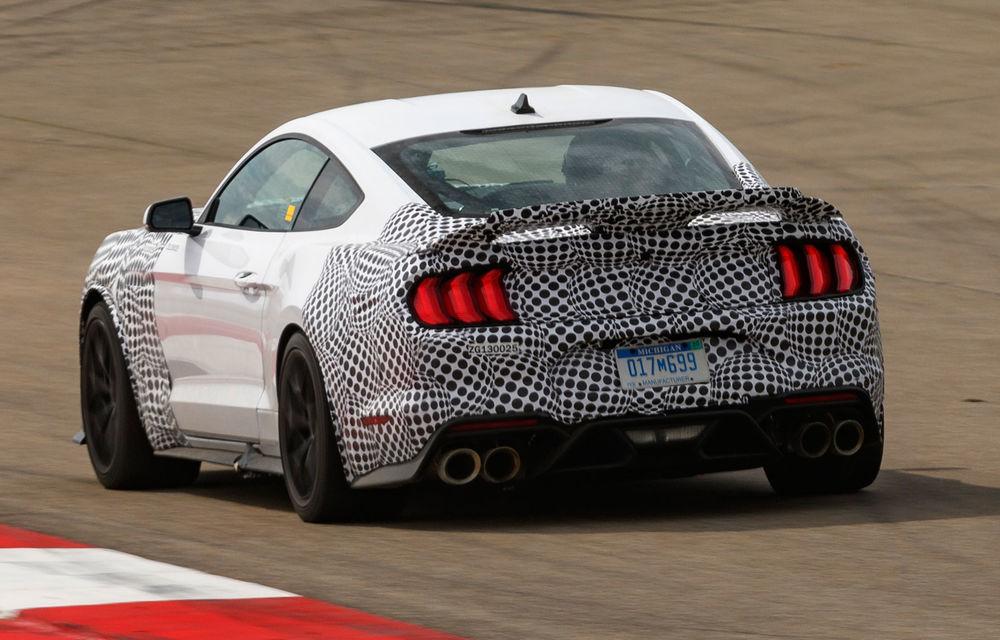 Primele imagini camuflate cu versiunea Mustang Mach 1: americanii pregătesc modificări de design și performanțe îmbunătățite - Poza 2
