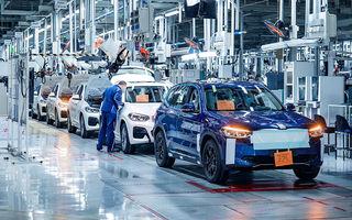 Imagini camuflate cu prototipurile viitorul BMW iX3 pe linia de asamblare: SUV-ul electric va fi prezentat în scurt timp