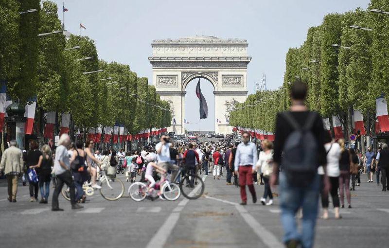 Parisul propune un manifest dur împotriva mașinilor: limită de 30 km/h în oraș, fără mașini diesel din 2024 și spații pietonale în loc de parcări - Poza 1