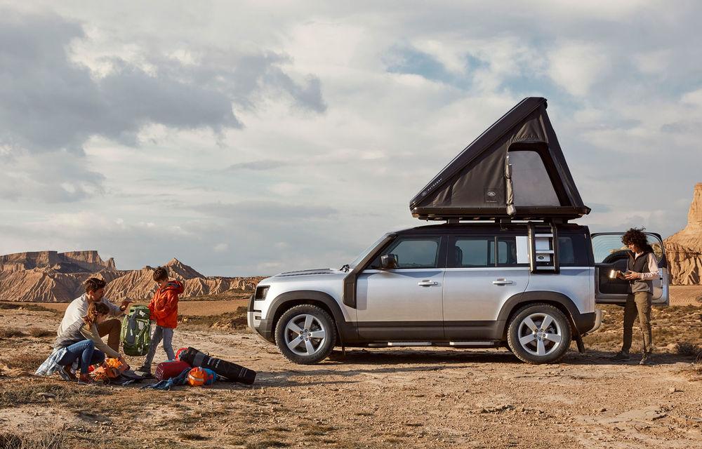 Pentru iubitorii de aventură: Land Rover Defender poate fi comandat și cu un cort de plafon - Poza 1