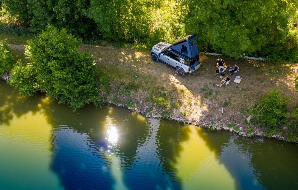 Pentru iubitorii de aventură: Land Rover Defender poate fi comandat și cu un cort de plafon - Poza 6