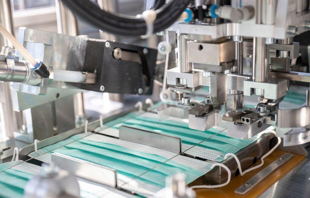 Mercedes-Benz demarează producția măștilor de protecție: peste 100.000 de exemplare pe zi pot fi fabricate pe linia uzinei din Sindelfingen - Poza 5