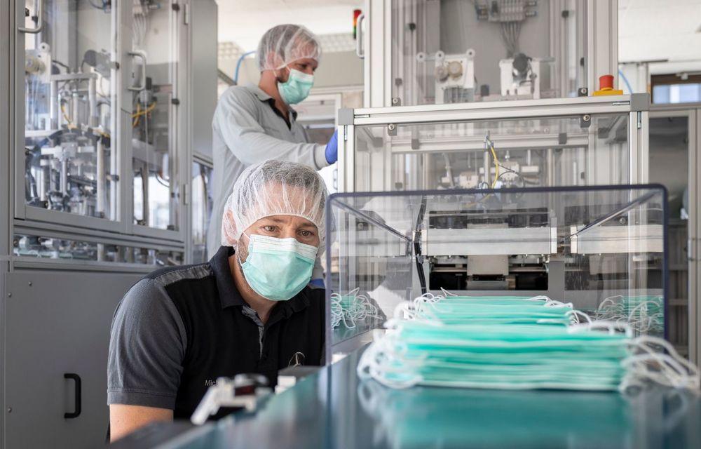 Mercedes-Benz demarează producția măștilor de protecție: peste 100.000 de exemplare pe zi pot fi fabricate pe linia uzinei din Sindelfingen - Poza 8