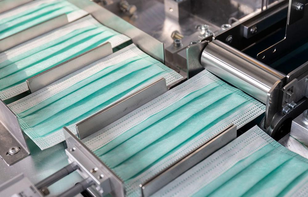 Mercedes-Benz demarează producția măștilor de protecție: peste 100.000 de exemplare pe zi pot fi fabricate pe linia uzinei din Sindelfingen - Poza 1