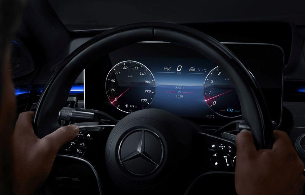 Primele imagini cu interiorul viitorului Mercedes-Benz Clasa S: vârful de gamă va putea fi comandat cu 5 ecrane și va avea instrumentar de bord 3D - Poza 9