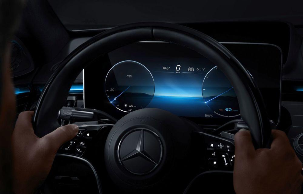 Primele imagini cu interiorul viitorului Mercedes-Benz Clasa S: vârful de gamă va putea fi comandat cu 5 ecrane și va avea instrumentar de bord 3D - Poza 7