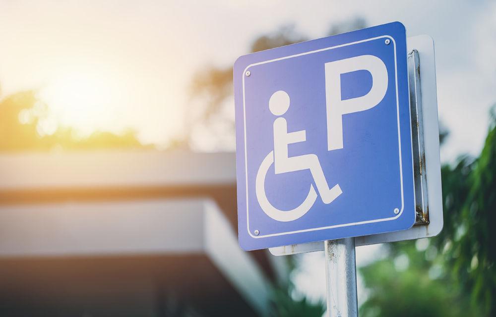 Amenda minimă pentru parcarea pe locurile rezervate persoanelor cu handicap se dublează din 25 iulie la 2.000 de lei - Poza 1