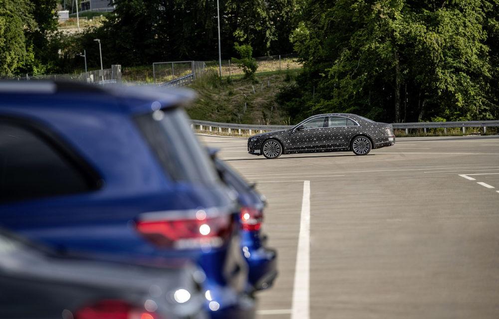 Primele imagini camuflate cu noua generație Mercedes-Benz Clasa S: modelul va avea suspensie activă, direcție integrală și numeroase sisteme de asistență - Poza 10