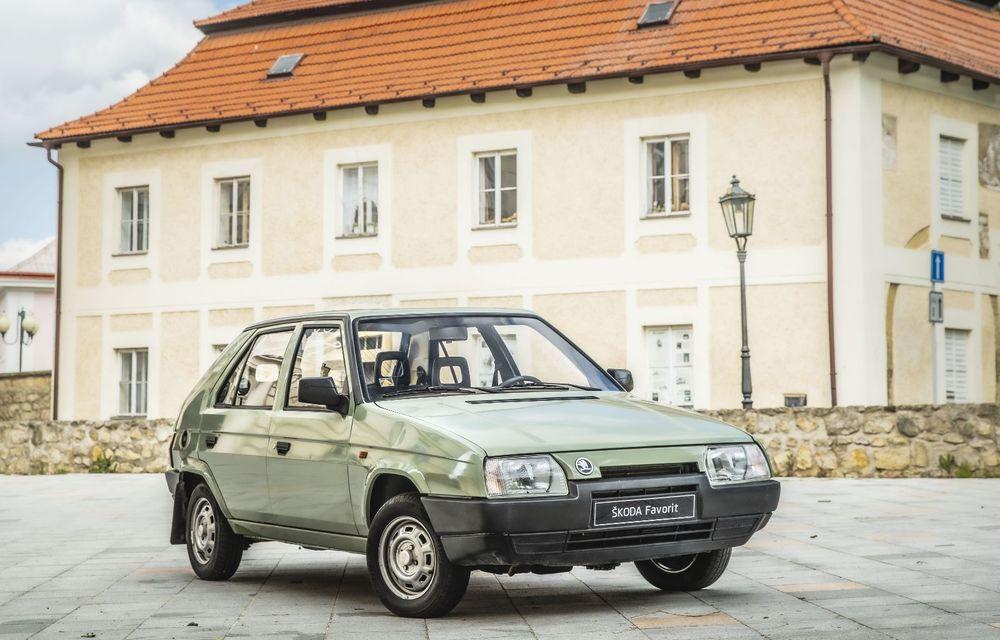 Skoda a publicat imagini camuflate cu viitorul Enyaq iV: SUV-ul electric a pozat alături de câteva modele istorice din gama cehilor - Poza 16