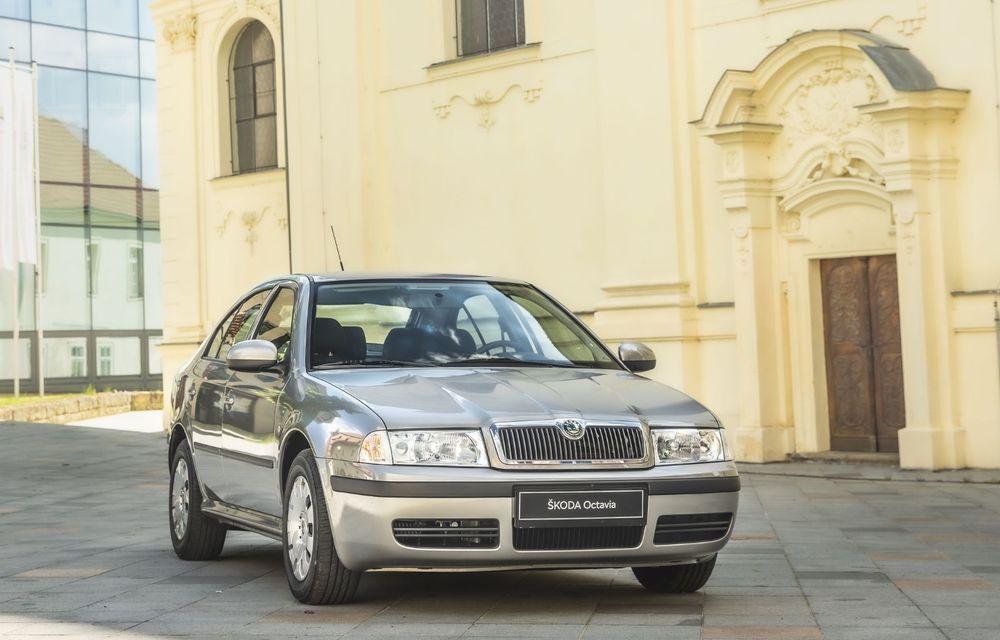 Skoda a publicat imagini camuflate cu viitorul Enyaq iV: SUV-ul electric a pozat alături de câteva modele istorice din gama cehilor - Poza 17