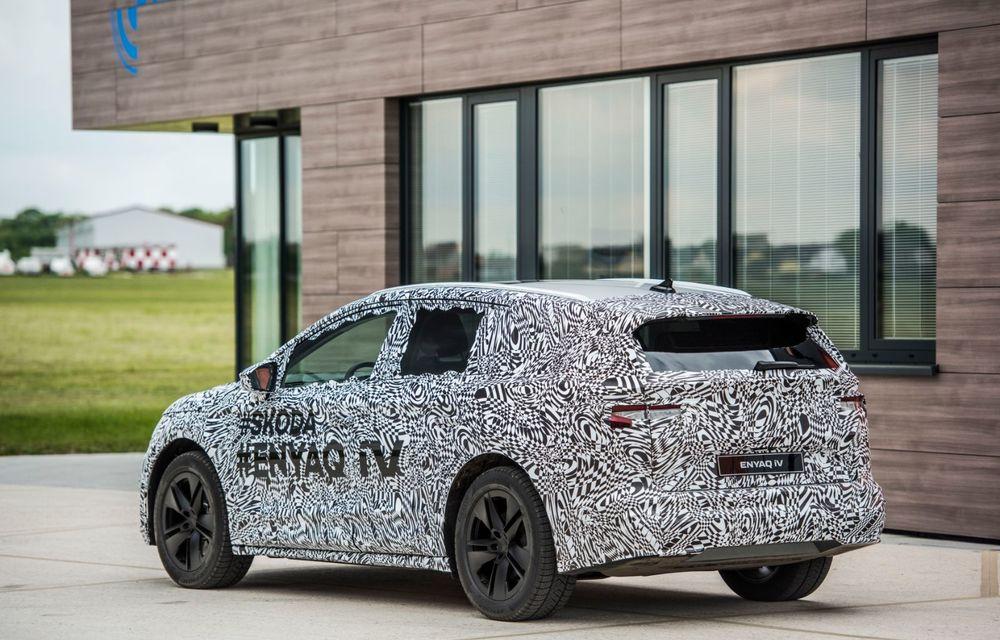 Skoda a publicat imagini camuflate cu viitorul Enyaq iV: SUV-ul electric a pozat alături de câteva modele istorice din gama cehilor - Poza 23