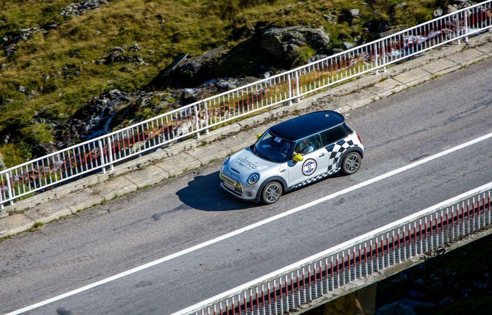 25 de echipaje au concurat în competiția dedicată mașinilor electrice la Transylvania Classic 2020: Alex Filip și Andreea Arsine au câștigat cu un Renault Zoe - Poza 4